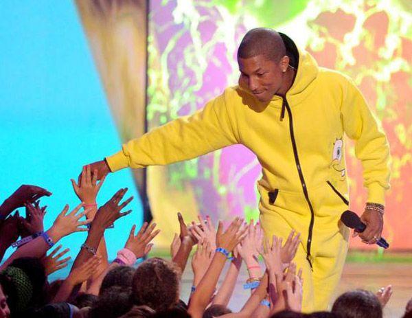 Ebben a kezeslábasban volt Pharrell a Kids' Choice Awards színpadán