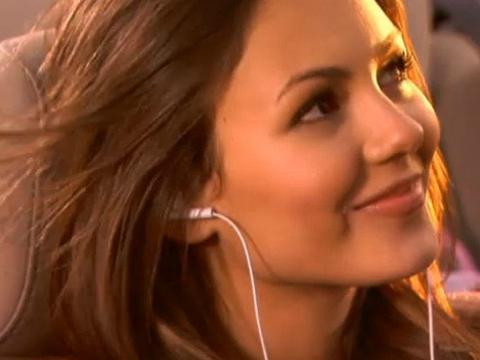 "Tori canta ""Make It Shine"""