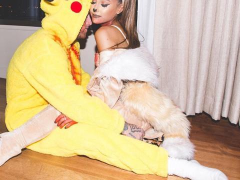 E a máscara de Halloween da Ariana Grande é...