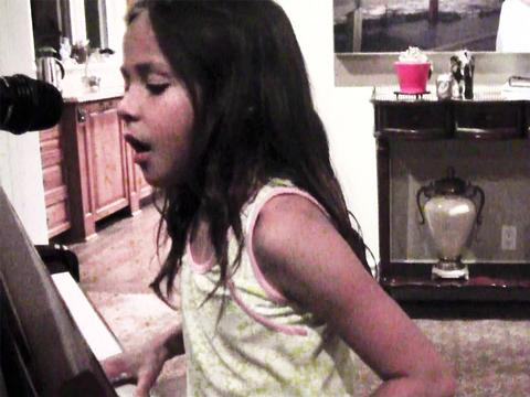 Breanna Yde canta e encanta!