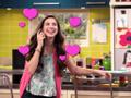 Phoebe está tan enamorada de su compañero de clase Cole, que hablar simplemete por teléfono la hace reír.