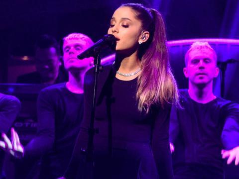Ascultă cel mai nou hit Ariana Grande