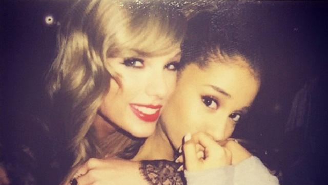 Ariana Grande Taylor Swifttel szelfizett