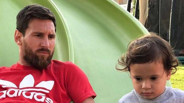 Ezt figyeljétek milyen pólóban nyomja Messi fia!