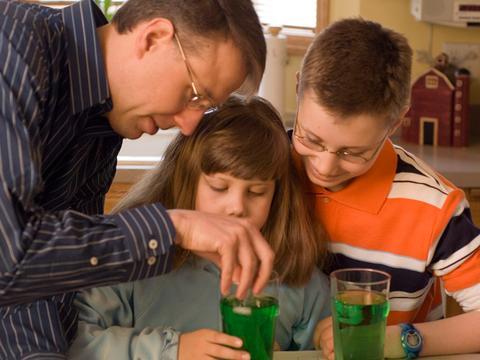 6 experimente pe care le poţi face acasă